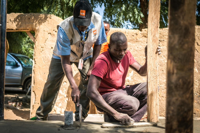 NRC build latrines in backyards of destroys homes. The work is crucial since it prevents cholera outbreaks that yearly saves many lives.   Around 144,000 people have recently returned to the town, Damasak, in ruins. Damasak was controlled by Boko Haram for over half a year from the end of 2015. It wasn't until February 2016 that a joint military force from Nigeria, Cameroon and Niger managed to drive them back. Many civilians began to flee already in 2014. The fierce battles that followed led to great devastation and forced the rest of the population to flee.  Photo: Beate Simarud/NRC