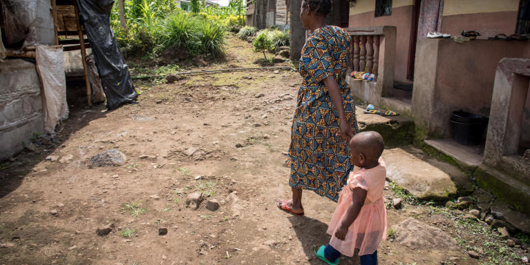 Minette (38) and her little daughter Fevour (2) have fled from Manyu and sought safety in Buea after their home was burned down.    Photo: NRC/Tiril Skarstein